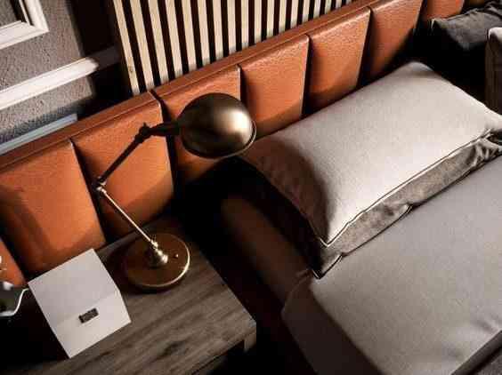 рейки в спальне у кровати